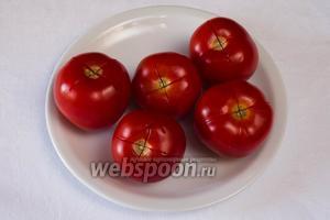 Пока перцы пекутся, приготовить соус. Сделать крестообразный надрез на коже томатов, бланшировать их в  кипящей воде в течение 15 секунд.