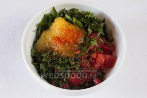 Выложить нарезанные ингредиенты для соуса в глубокую посуду, добавить мёд, уксус, растительное масло, перец, соль, сок лимона, тимьян, чеснок. Тщательно размешать.