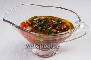 Поместить соус в банку, закрыть крышкой и поставить в холодильник мариноваться 40 минут. После чего часть соуса выложить в соусник и подать к печёным перцам.