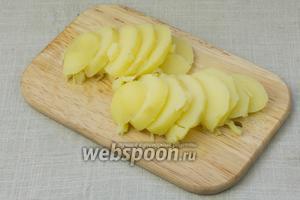 Оставшийся вареный картофель нарезать кружочками.