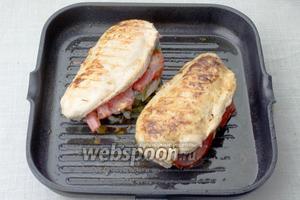 Куриные грудки обжарить на раскалённой сковороде до готовности, приблизительно по 3-5 минут с каждой стороны.