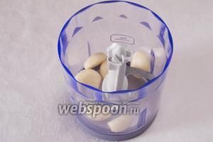 Головку чеснока разделить на дольки, почистить и размельчить в блендере.
