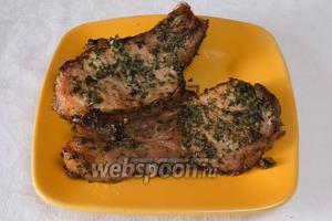 Запекать 30 минут. И ещё 25 минут при температуре 180 °С. Подавать свинину с печёными или свежими овощами.
