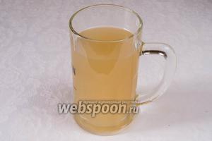 Через 10 дней квас готов. В течение 3 месяцев он не теряет своих качеств. Пить можно по 1 стакану в день за 20-30 минут до еды. Отлив готовый квас, можно долить свежую воду и добавить сахар из расчета 1 чайная ложка на стакан воды.