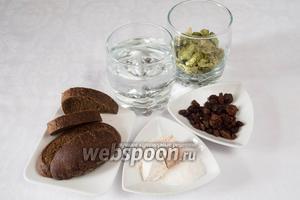 Чтобы приготовить хлебный квас с хмелем, необходимо взять 3 литра воды, сухари половины буханки ржаного хлеба, изюм, шишки хмеля, дрожжи, муку.