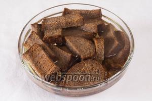 Залить сухари кипячёной горячей водой (почти полную банку).