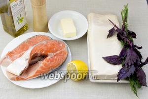 Для этого блюда подготовьте: готовое слоёное тесто, лосось, лимон, базилик, укроп, сливочное масло.