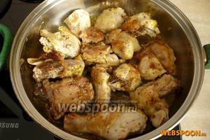 Ещё через 5 минут переверните зарумянившиеся кусочки курицы.