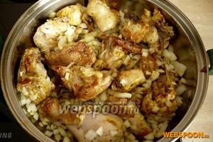 Через 5 минут после того, как перевернули кусочки курицы, добавьте нарезанный лук, перемешайте.