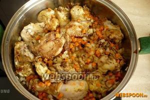 Через 5 минут после того, как запустили лук, добавьте морковь и перемешайте.