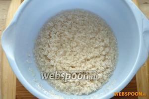 Переберите и трижды промойте рис.