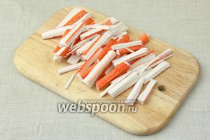 Крабовые палочки нарезать соломкой.