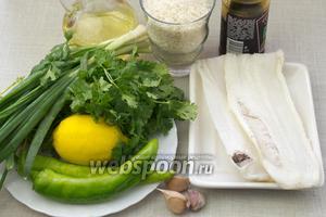 Для этого блюда понадобятся такие продукты: филе белой рыбы, длиннозернистый рис, кинза, горький зелёный перец, зелёный лук, чеснок, соевый соус, растительное масло.