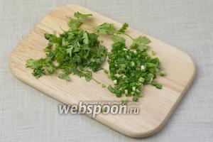 Оставшуюся кинзу и зелёный лук мелко порубить ножом.