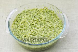 Рис с зеленью переложить в огнеупорную форму.