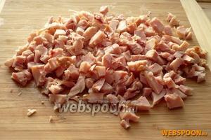 Копчёную курицу очистить от костей и кожицы, затем нарезать кубиками.