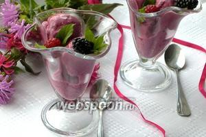 Йогуртовое мороженое с малиной и ежевикой