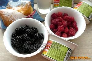 Для приготовления мороженого вам понадобятся: натуральный йогурт, молоко, сахарная пудра, ягоды малины и ежевики.
