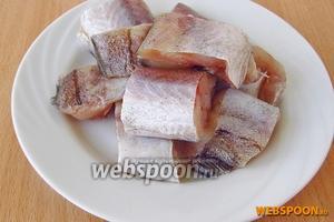 Рыбу почистить, удалить внутренности, тщательно промыть, обсушить и нарезать небольшими кусочками.