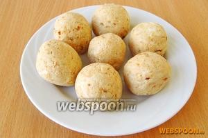 Из получившегося «теста» сформовать шарики величиной с грецкий орех.