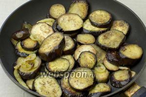 В сковороде с добавлением масла прожарить баклажаны и перец 5-7 минут.