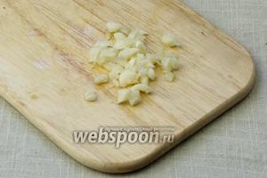 Очистить чеснок от кожицы, 4 зубчика крупно порубить и 1 оставить (понадобится позже).