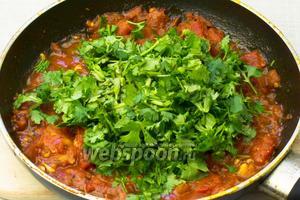 В томатный соус добавить кинзу, выдавить оставшийся зубчик чеснока, посолить и поперчить. Перемешать и дать остыть.