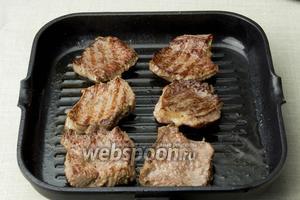 Раскалить сковороду и добавить 2-3 столовых ложки оливкового масла. Обжарить мясо, по 4-6 минут с каждой стороны.