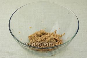 Из банки с тунцом слить жидкость и выложить рыбу в глубокую миску.