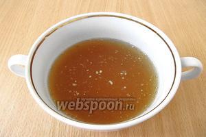 Желатин замочить в яблочном соке на 30–40 минут.