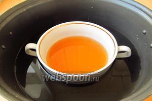 Ёмкость с яблочным соком поместить в широкую кастрюлю с горячей водой, не доходящей до краёв ёмкости, и растворить желатин на водяной бане. Всыпать в горячую яблочно-желатиновую массу сахар и при помешивании растворить его. Раствор остудить до комнатной температуры.