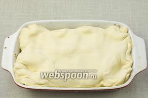 Тесту придать необходимую форму и выложить его на персики, подгибая края во внутрь. Выпекать в разогретой до 200 °С духовке 30 минут.