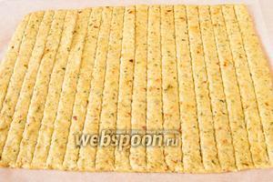 Нарезать тесто полосками шириною в 1 см.