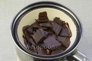 170 грамм шоколада порубить на крупные кусочки и растопить на водяной бане. Оставшийся шоколад понадобится для присыпки.