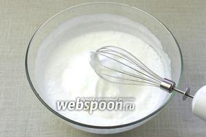 Белки взбить венчиком или миксером в тугую пену, всыпая небольшими порциями сахар.