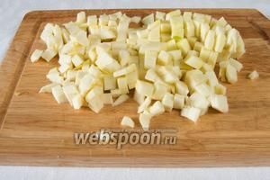 Кабачки (1 кг) вымыть, просушить, почистить и нарезать на кубики.