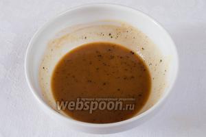 Пока пекутся овощи, приготовить соус. Смешать в миске 1 ст. л. мёда, 1 ст. л. горчицы, 1 ст. л. сока апельсина и  1 ст. л. сока лимона. Добавить свежемолотого чёрного перца.