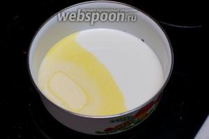 Молоко немного подогреть и растворить в нём оставшиеся 30 г сливочного масла.