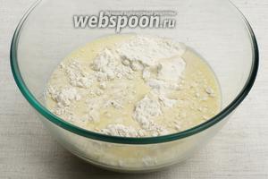 В миске соединить просеянную муку, соль и добавить молочную смесь.