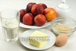 Для приготовления пирога понадобится мука, сливочное масло, вода, яйцо, нектарины, панировочные сухари, сахар и корица молотая.