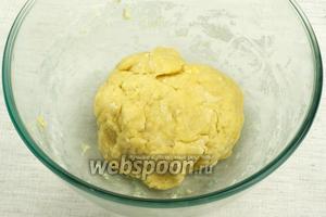Замесить однородное гладкое тесто и поставить его на 1 час в холодильник.