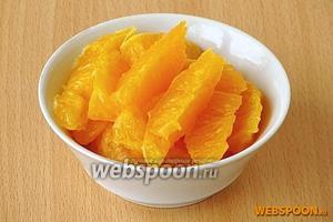 С апельсинов снять кожицу вместе с белым подкорковым слоем, разделить на дольки и удалить с них белую плёнку.