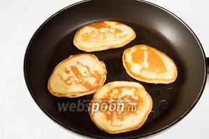 Разогреть сковороду, смазать её растительным маслом. Тесто накладывать большой ложкой. Жарить на среднем огне под крышкой.