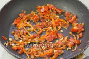 Добавить помидор, перец и чеснок. Посолить, поперчить и обжаривать 3 минуты.