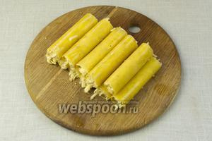 Каннелони начинить сырным фаршем. Оставить 1 столовую ложку сыра для присыпки.