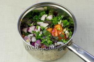 Томаты, зелень, лук и чеснок переложить в сотейник или кастрюлю с толстым дном. Залить 200 мл кипячёной воды, добавить 3 столовых ложки оливкового масла и тушить 15 минут, без крышки.