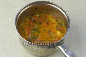 Томатный соус поперчить и посолить по вкусу.