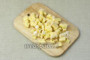 Сыр Бри порубить на мелкие кубики.