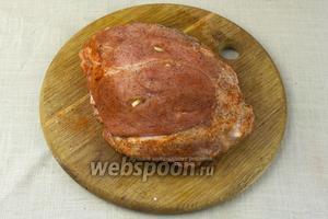 Мясо натереть солью, паприкой и перцем.