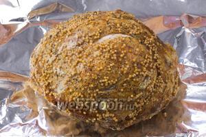 Запечённое мясо переложить на чистый лист фольги, завернуть и охладить.